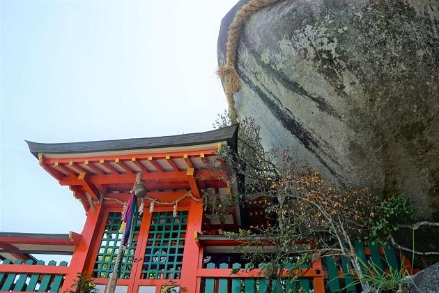 神倉神社のコトビキ岩とお社。