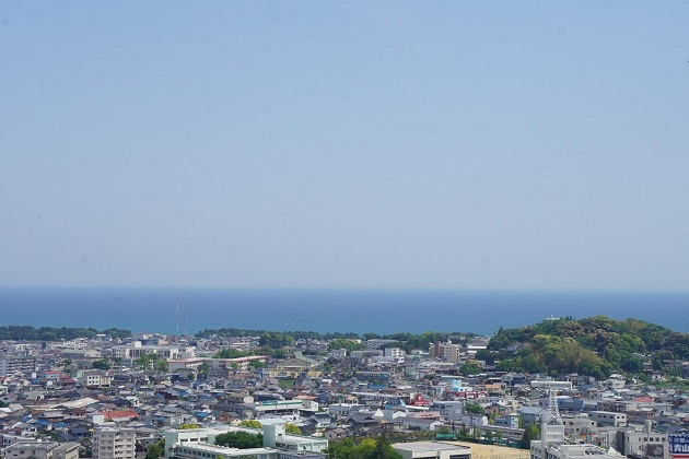 コトビキ岩をまつる神倉神社の拝殿からの眺め。