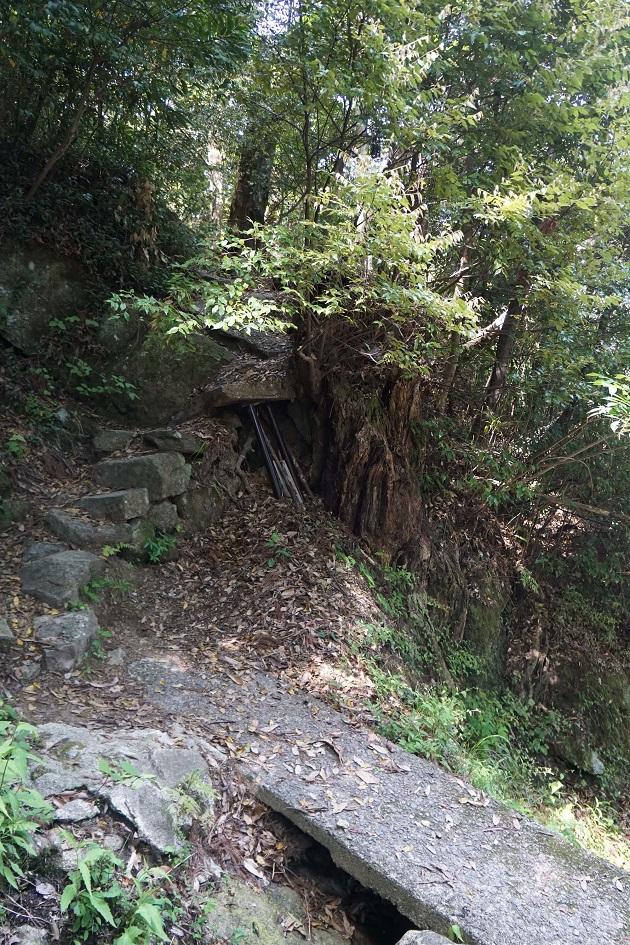 神倉神社の女坂の入口となる石橋。