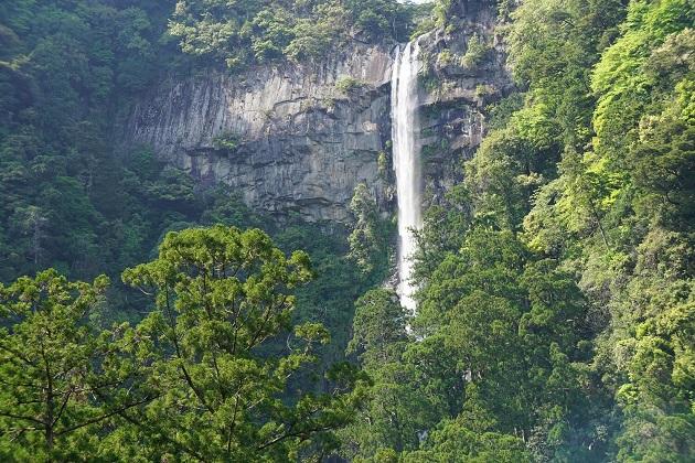 那智の滝にまつわる伝説を残す神域「熊野那智大社」。駐車場は山頂と中腹の両方にあって便利。参拝時間は1時間はみるべき。