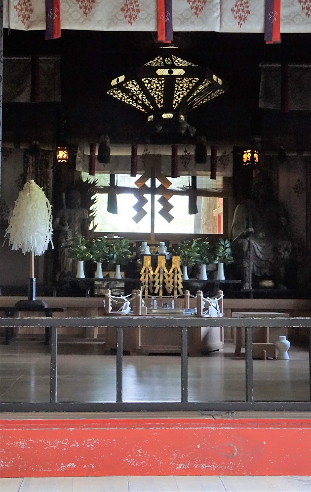飛瀧神社の祈願所では神仏習合の痕跡がみられる。窓越しに見る那智の滝も美しい。