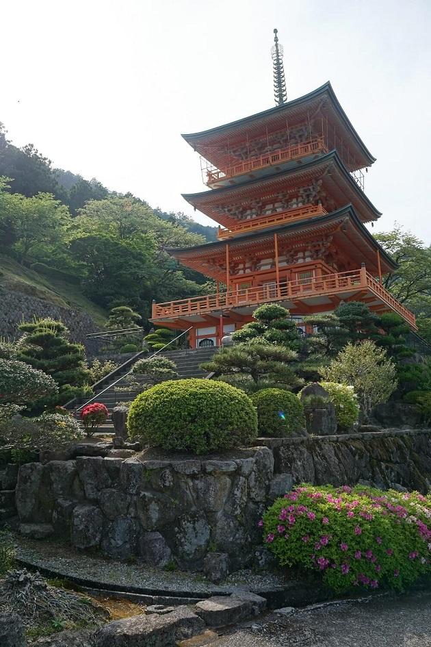 那智山青岸渡寺の三重塔。背後に那智の滝がみえる。