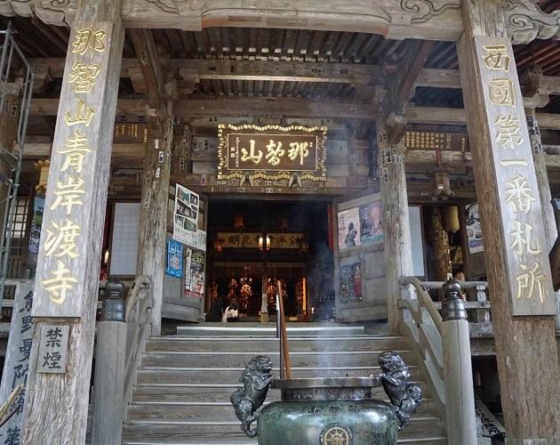 神職の2万人に対しお坊さんの数は30万人を超えている。写真は西国第一札所の那智山青岸渡寺。