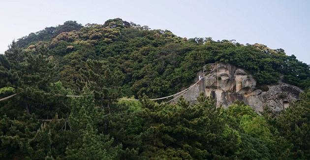 日本神話のルーツともいえる花の窟神社。祈りの原風景が広がる。三重最強のパワースポットの一つに入る聖地だ。