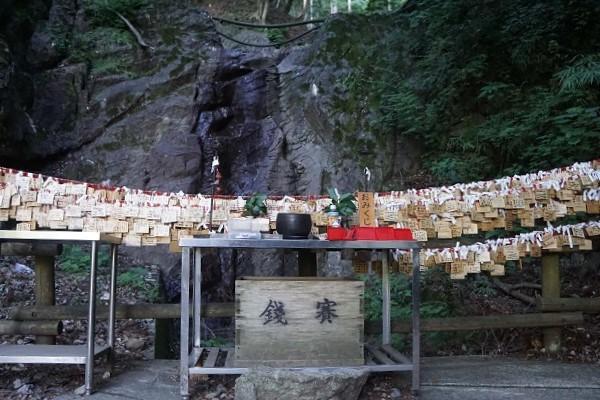 山の神を祭る祭壇。プリミティブなパワースポットだ。