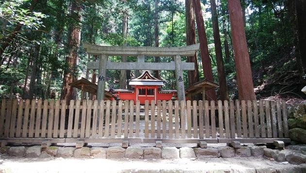 室生龍穴神社は本殿エリアが最強のパワースポットとなっている。瑞垣内にたたずむ本殿は朱が眩しい。