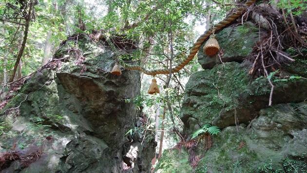 室生龍穴神社版の天の岩戸。全国に伝説が残される。とてもプリミティブな信仰の香りが漂うスピリチュアルな空間だ。