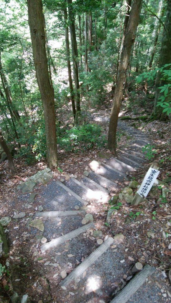 妙吉祥龍穴へと続く階段。少し急なので注意が必要。