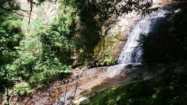 招雨瀑と呼ばれる滝。神域を形作る上で重要な役割を果たす。1400年以上前の雨乞いの儀式の場所だった