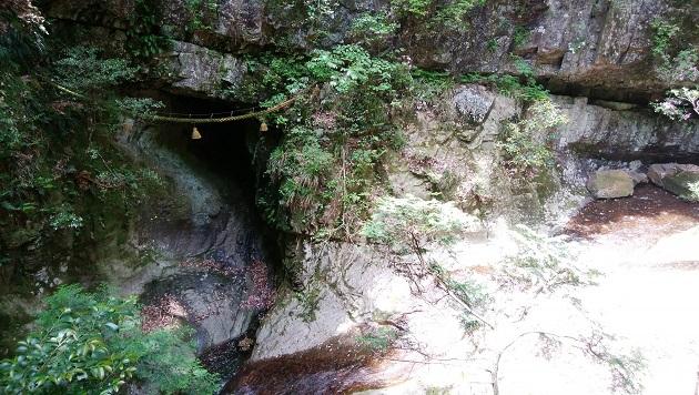 龍穴の実物。巨大な岩盤に穿たれた亀裂のようなイメージ。注連縄が渡されている
