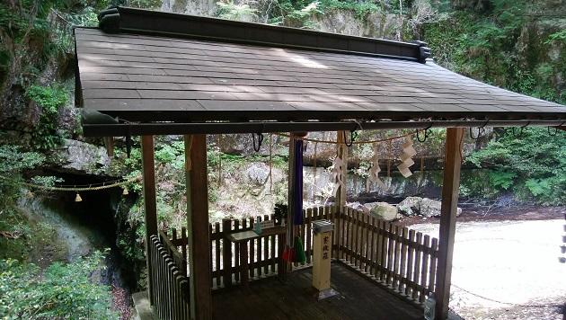 室生龍穴神社の奥宮で、妙吉祥龍穴を拝む遥拝所。左手に滝があり、心地よい癒しの空間を形成している。