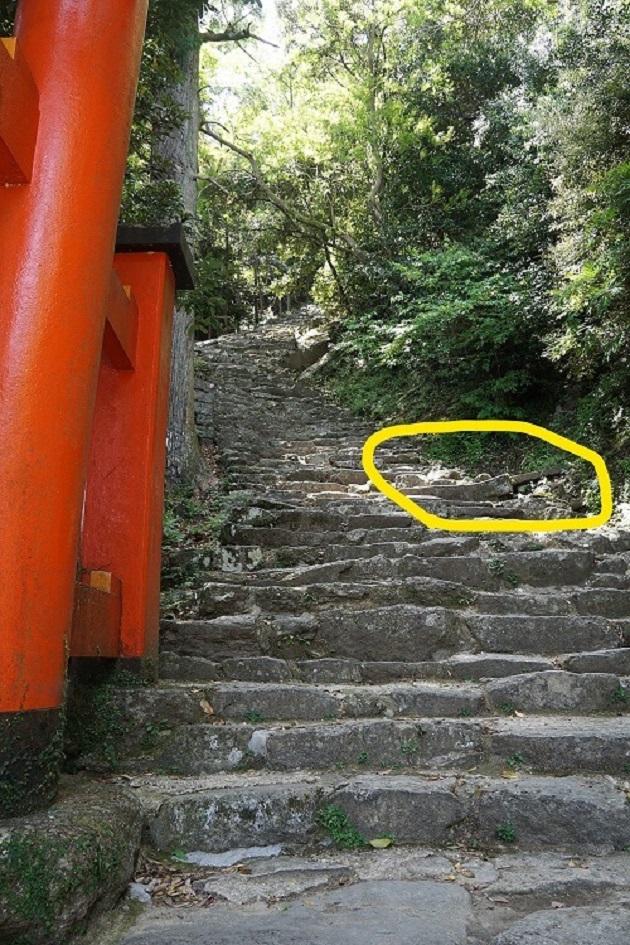 神倉神社の女坂な入口を下から捉えたカット。