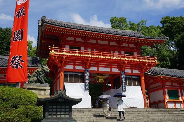 朱が眩しい八坂神社は一級の聖地で、特別なパワースポットといえる。
