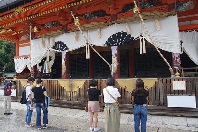 八坂神社の本殿。直下の龍穴は地下水と湧水に重なる。