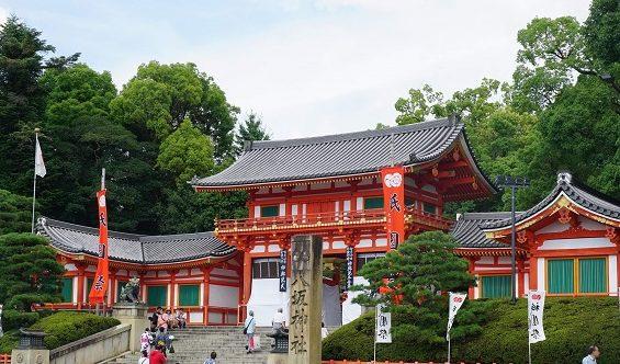 厄除けに定評のある八坂神社。楼門に続く階段はパワースポット特有の断層の上に当たる。