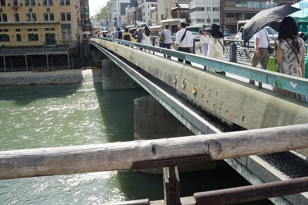 京都五社めぐりのスケジュールでおすすめは2日がかり。一日で巡るのは時間的に厳しい。写真のように京都は慢性的に人や車で混雑している。
