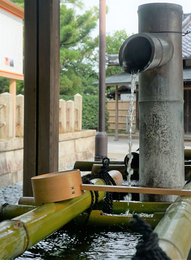 城南宮の手水舎に利用されている霊水。万病に効くとされ、持ち帰る人は今も多い。方除の社としての知名度も高い。