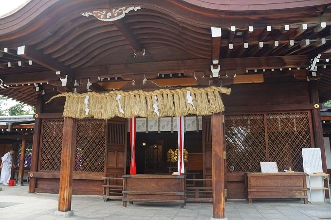 昭和の時代に建て替えられた社殿。国常立尊など3柱の神様がお祭りされている。