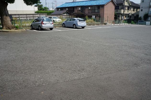 片埜神社の駐車場。路地は狭いが20台は止められる。無料。