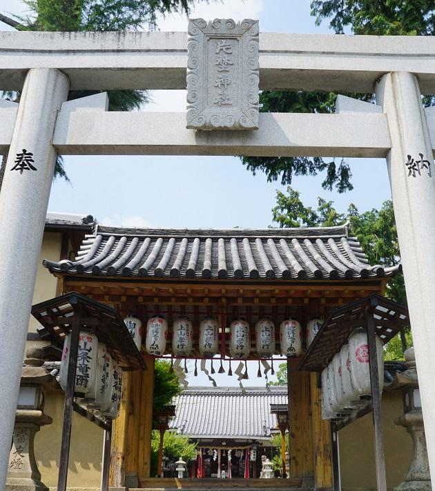 方除の社として知られる片埜神社。トレードマークの鬼があちこちにあるが鳥居は至ってシンプル。