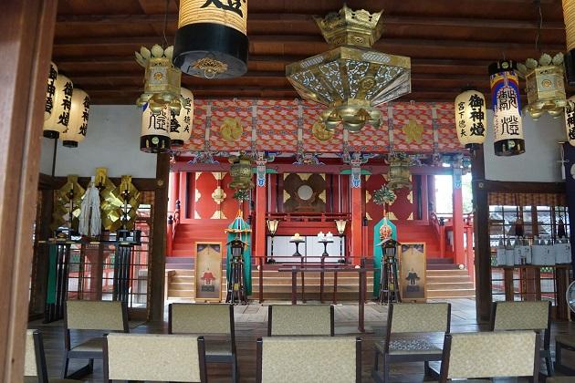 片埜神社の本殿。きらびやかな極彩色が美しい。