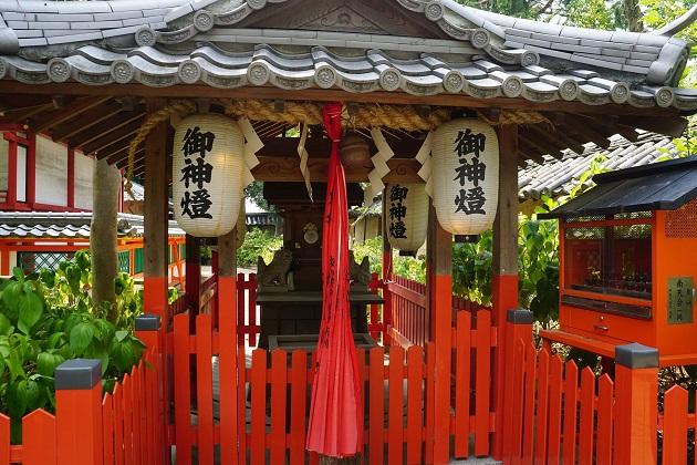 朱が眩しい玉依社。大阪の経済を支えた淀川と神話にちなみ「水」の神を祭る。
