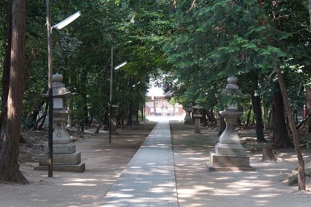ときの権力者らが崇拝した二ノ宮神社。本殿へ一直線に伸びる参道も長い。