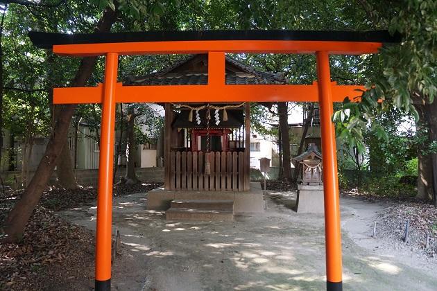 二ノ宮神社の本殿裏手には摂社がある。朱が眩しい稲荷社も。