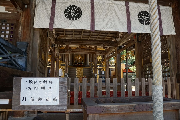 松尾大社の本殿。平日の参拝時間は午後4時まで。