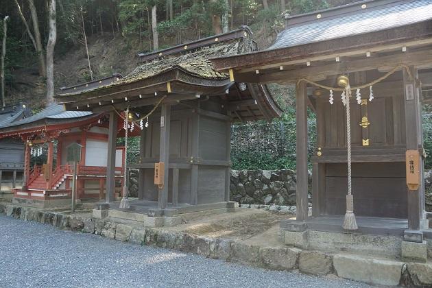 松尾大社本殿の左手にある末社の4社。一挙社は右から2番目のほこら。