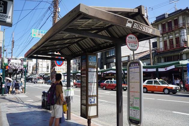 京阪からバスへのアクセスが結構難しい。7番出口を出てすぐ。大通りに面したバス停が目印だ。