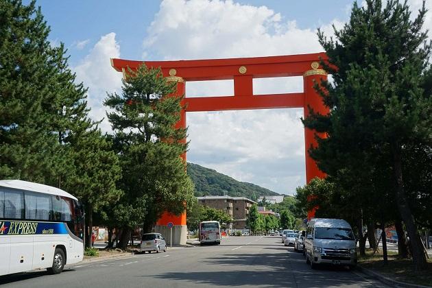 朱が美しい巨大な明神鳥居。平安神宮の象徴的存在。とにかくスケールが大きい。