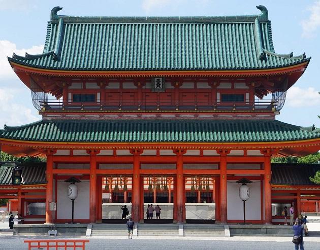平安京の中枢施設を模して築かれた平安神宮。そのスケールの大きさに大勢の観光客がやってくる人気スポットだ。