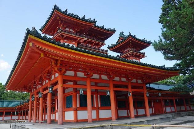 平安神宮の楼閣「青龍楼」。西側には「白虎楼」がある。