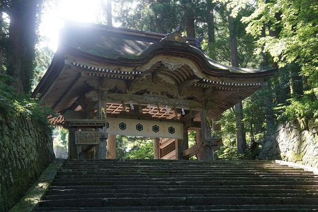 大神山神社奥宮の名所のひとつ後ろ向き門。写真では神々しい光がさしている。