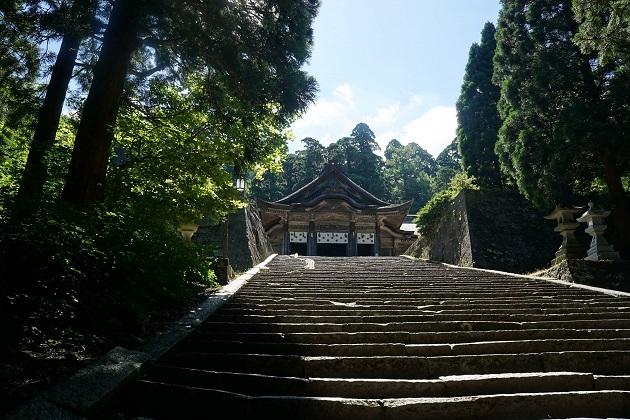 大神山神社奥宮の社殿に至るラストアクセス。50段以上の階段を上ると、絶景が広がる。