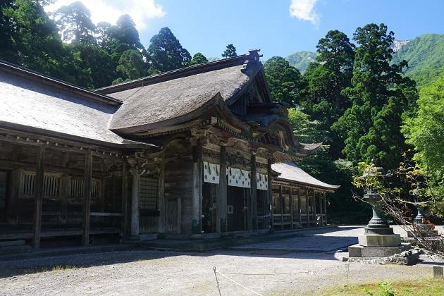 鳥取が誇る最強のパワースポット「大神山神社奥宮」。社殿の背後に大山の美しい山容が顔をのぞかせている。