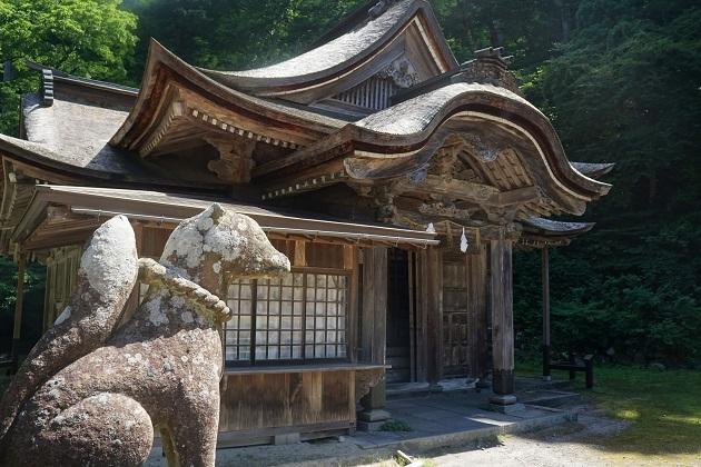 スピリチュアルな逸話を残す下山神社。眷属の白虎が両脇を固めている。