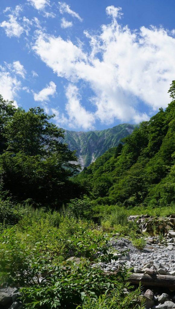 大神山神社奥宮ゆかりの最強パワースポット。大山の北壁を望む絶景だ。