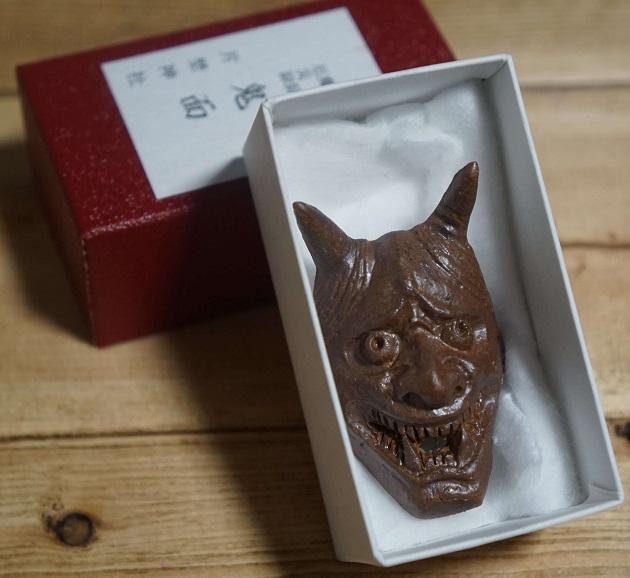 片埜神社でおすすめのお守り「鬼面」。箱入り。鬼門の方向に顔を向けて配置する。