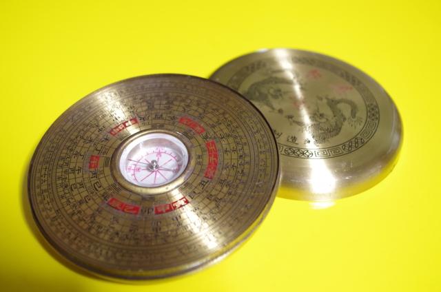 風水に用いられる羅盤。これで詳しい方位を調べられる。