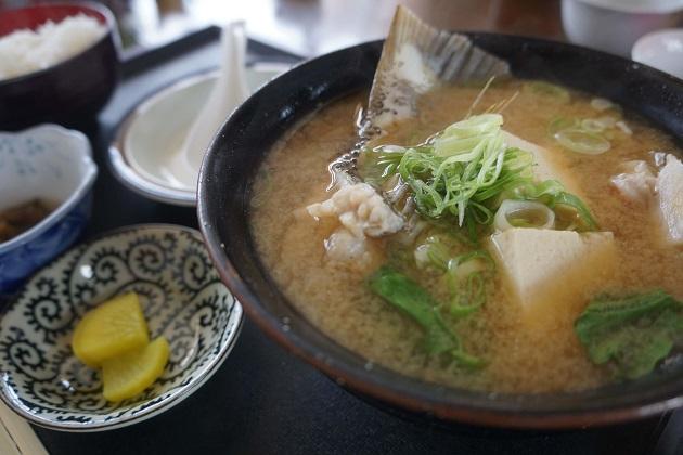 味噌汁に魚の粗の出汁をきかせたアラ汁。豆腐が入っている。