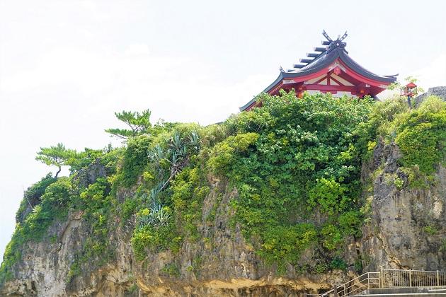 絶壁の上に建つ波上宮。遠目から見ても美しい。