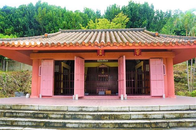 波上宮の近隣の天尊廟。こちらも沖縄らしいカラーで旅情が書き垂れられるが、いざ神前に立つと敬けんな気持ちに。
