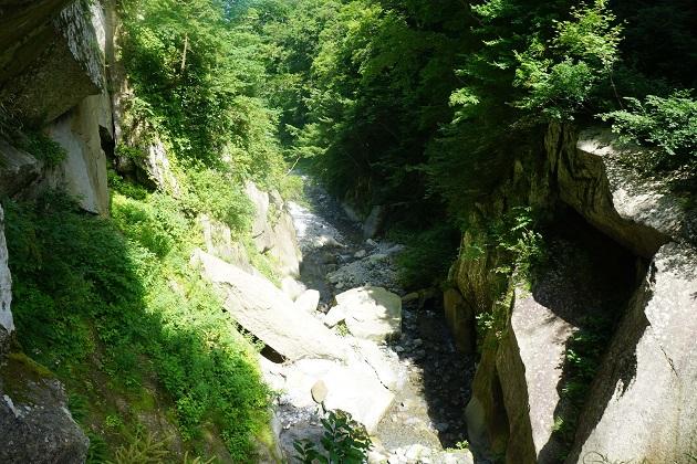 金門から滝を見下ろす光景。両側から絶壁が迫る。