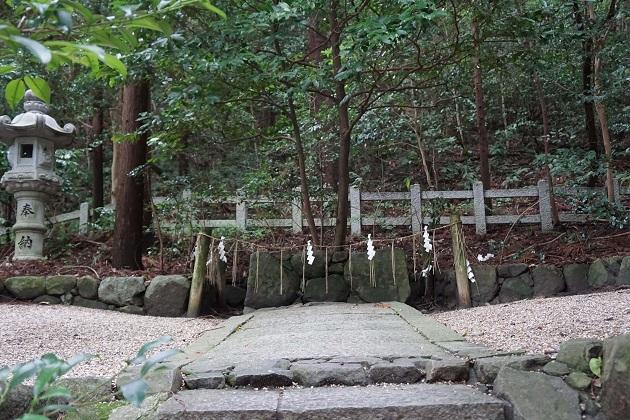山の神とつながる遥拝所。枚岡神社が誇るプリミティブなパワースポットだ。