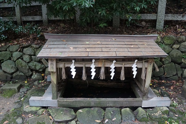 白水井は必見。数々の不思議な逸話を残している。割と小さいので見落とさないよう注意が必要。
