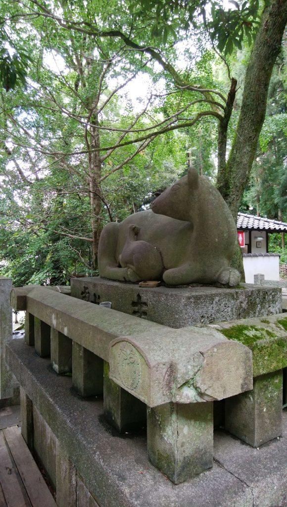 柔らかい空気を醸す枚岡神社のなで鹿の像。雌鹿はお腹に子供を抱えている。