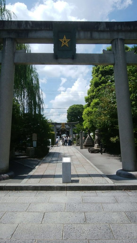 晴明井などで知られる晴明神社。人気の占いは2時間待ちになることも。