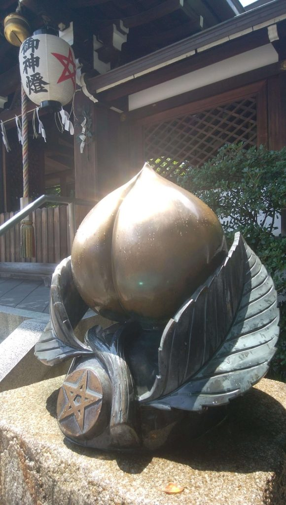 晴明神社の厄除け桃。撫でるように触るといい。